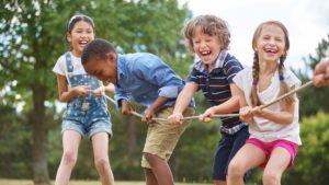 criancas-brincando-arco-iris-brinquedos